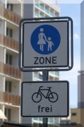 Fußgängerzonenschild ergänzt um Zusatzzeichen Rad frei